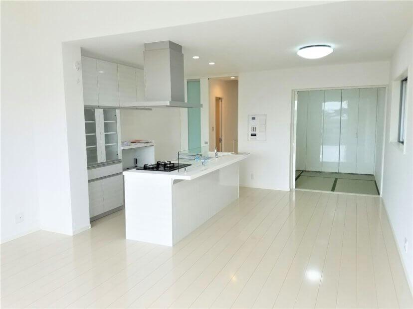 白を基調としたシンプルモダンな邸