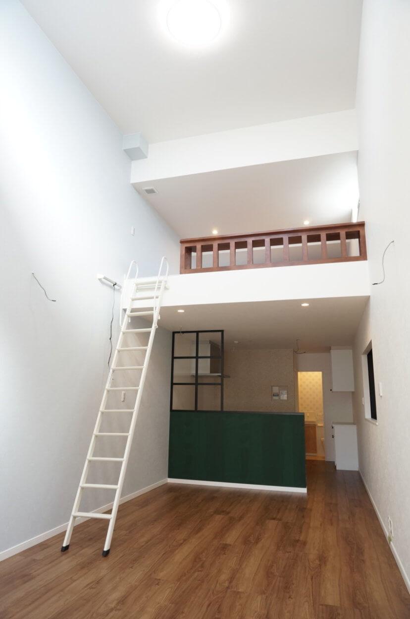 もう手放せない解放感を演出する天井高4.9mのリビングが魅力な住まい
