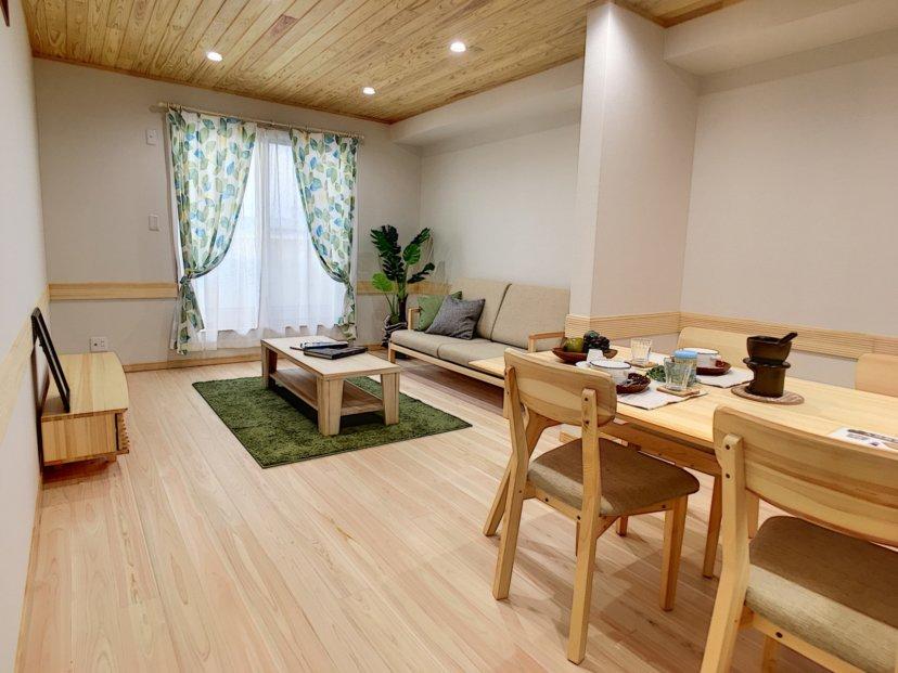 開放的なルーフテラスのある自然素材の家